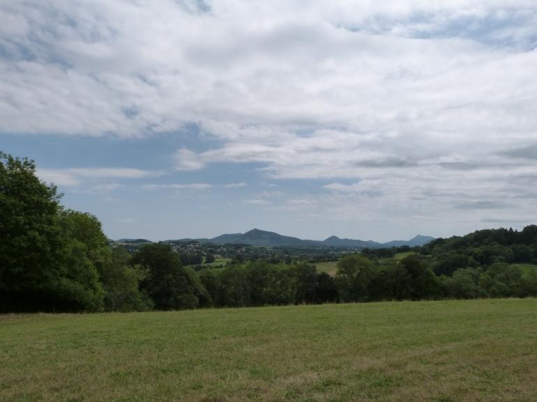 Puy de Dôme à l'horizon ! (à droite)