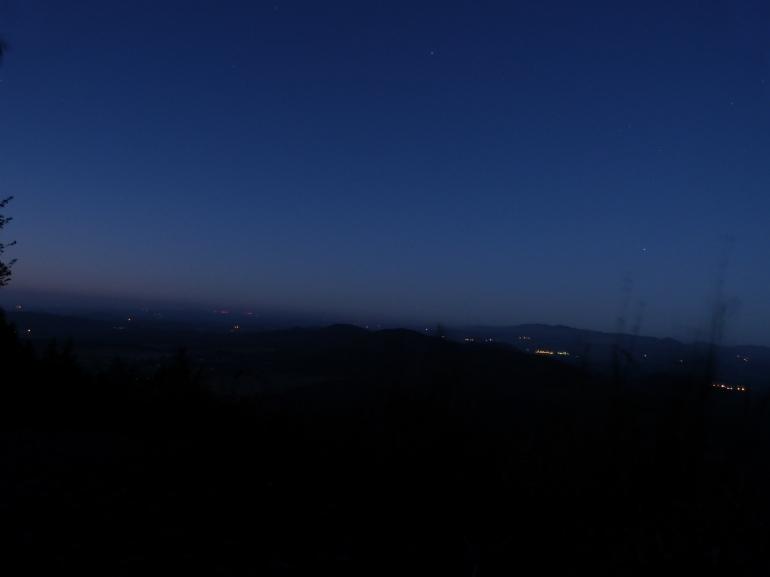 6h02... les volcans se devinent au loin