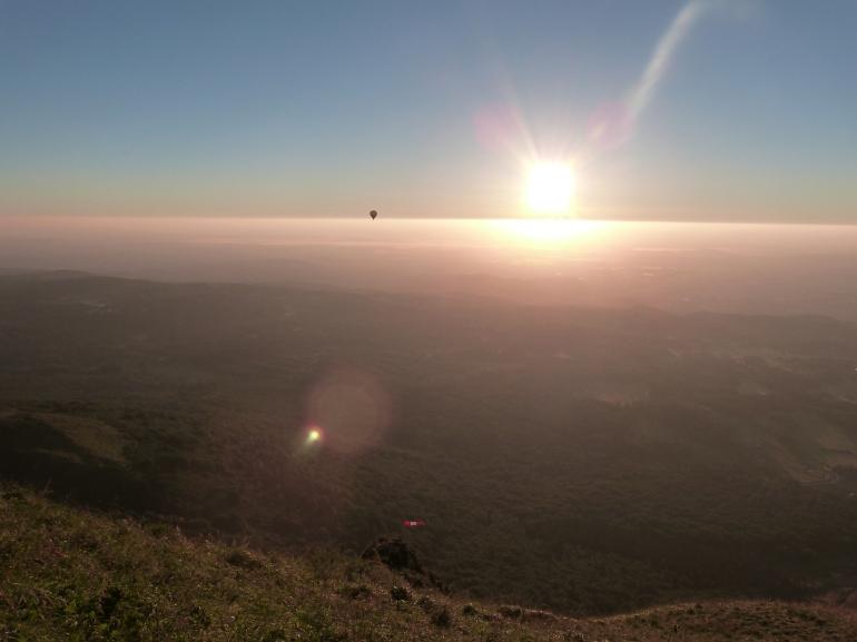 7h06... une montgolfière s'élève pour rejoindre le soleil