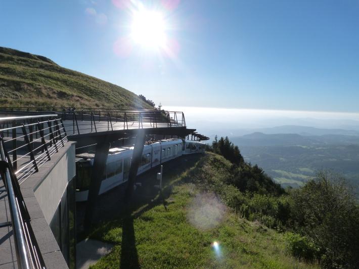 8h22... le premier Panoramique des Dômes du matin arrive en gare