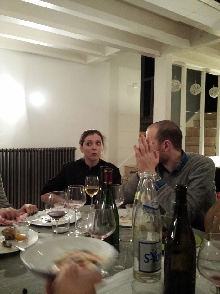 Clémence savoure un repos bien mérité (et un verre de blanc, tant qu'à faire), sous le regard langoureux de Mathieu