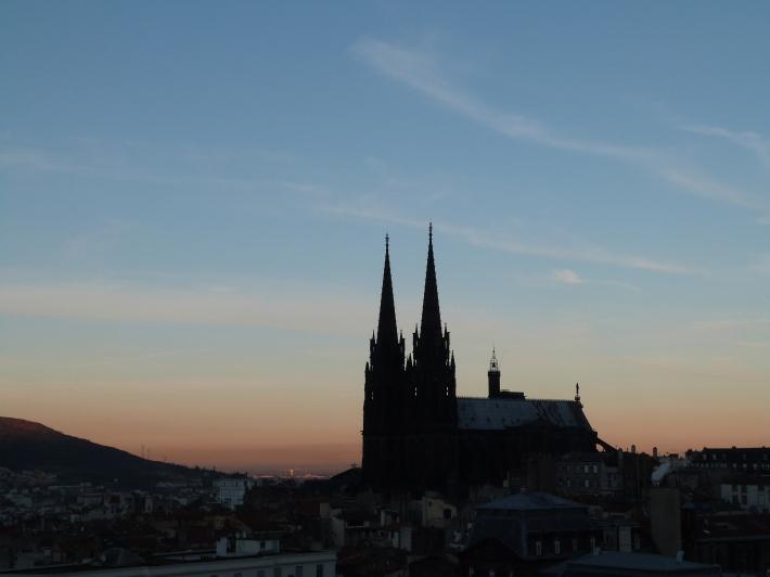 La cathédrale, dans le crépuscule...