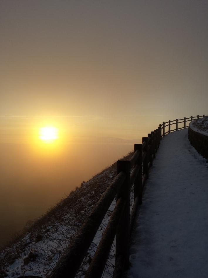 8h38 - à se demander où va ce chemin, au-dessus du soleil