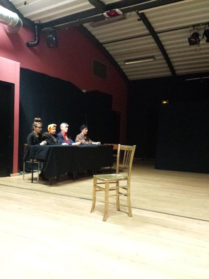 Le jury du procès, omniprésent pendant toute la pièce
