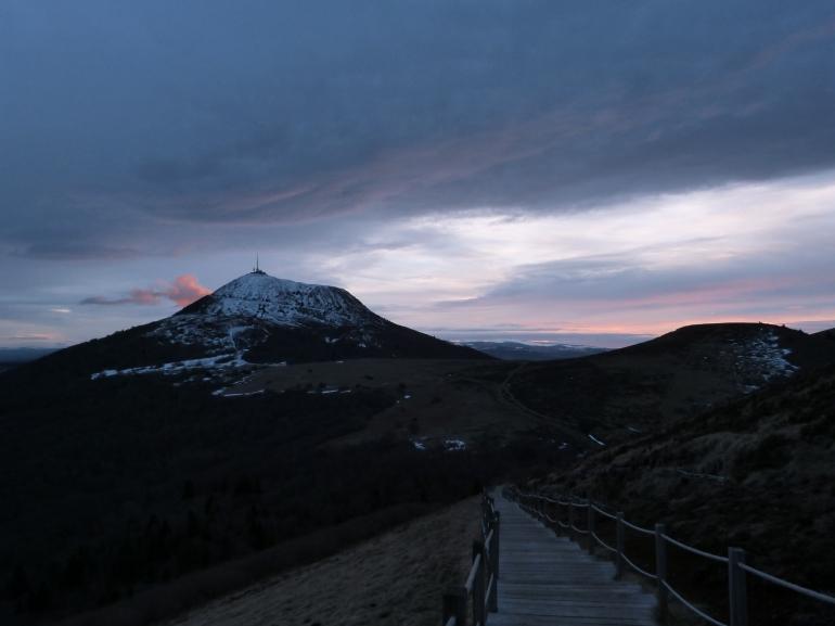 Un petit nuage rose s'échappe du puy de Dôme