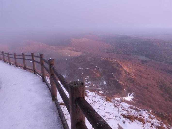 8h39 - du côté du Pariou, les volcans de la chaîne des Puys se nimbent de bleu