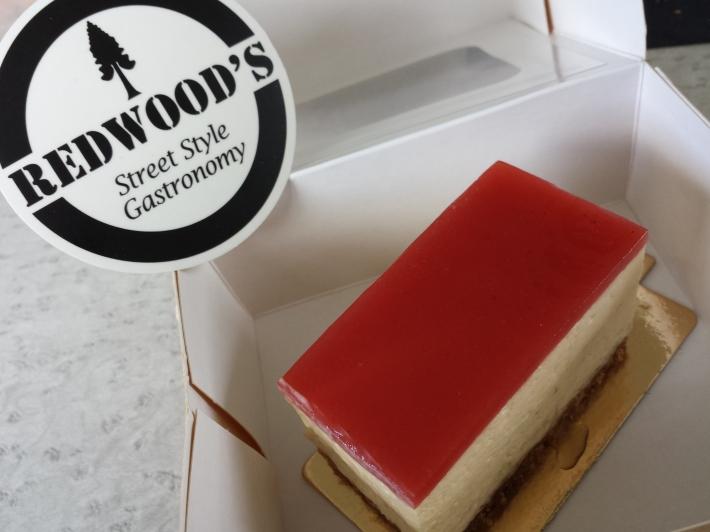 Cheesecake parfaitement rectangulaire et autocollant goodie parfaitement rond