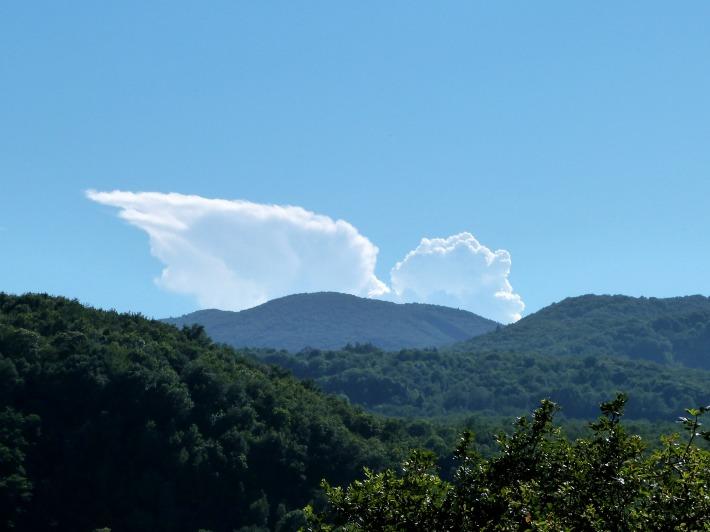 Fin de notre visite à la vierge... un ange passe discrètement derrière les volcans !