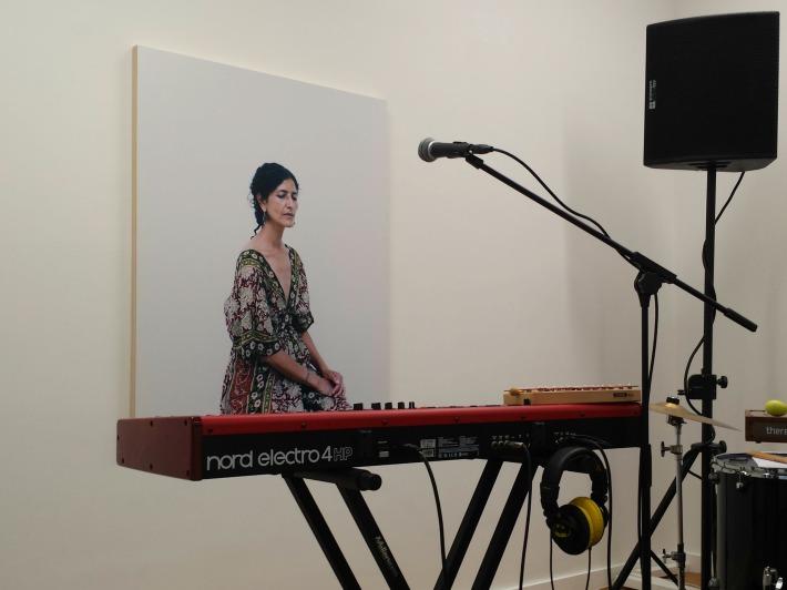 On dirait moi, très inspirée, devant mon piano numérique