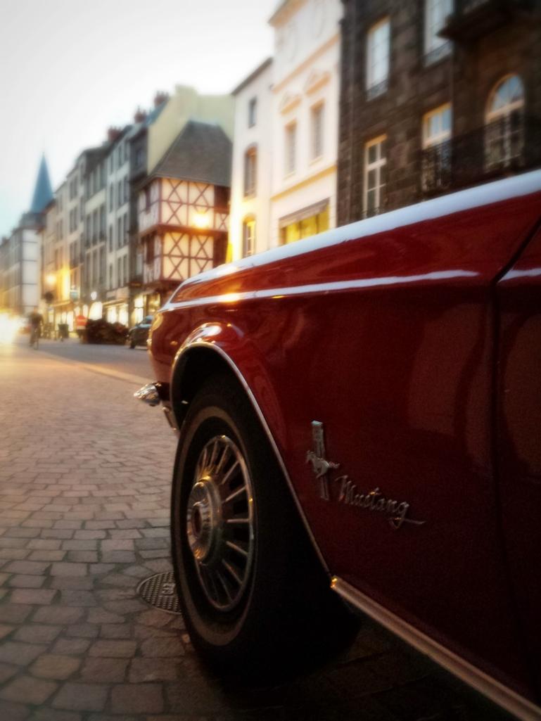 La somptueuse Mustang de Classic Arverne (location et séjours en voitures de collection) était de la partie le 23 octobre dernier