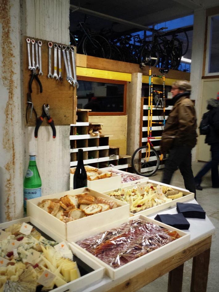 Buffet made in fromagerie Nivesse ! Avec Jacques Curtil en mode furtif et un vélo de cirque en arrière-plan