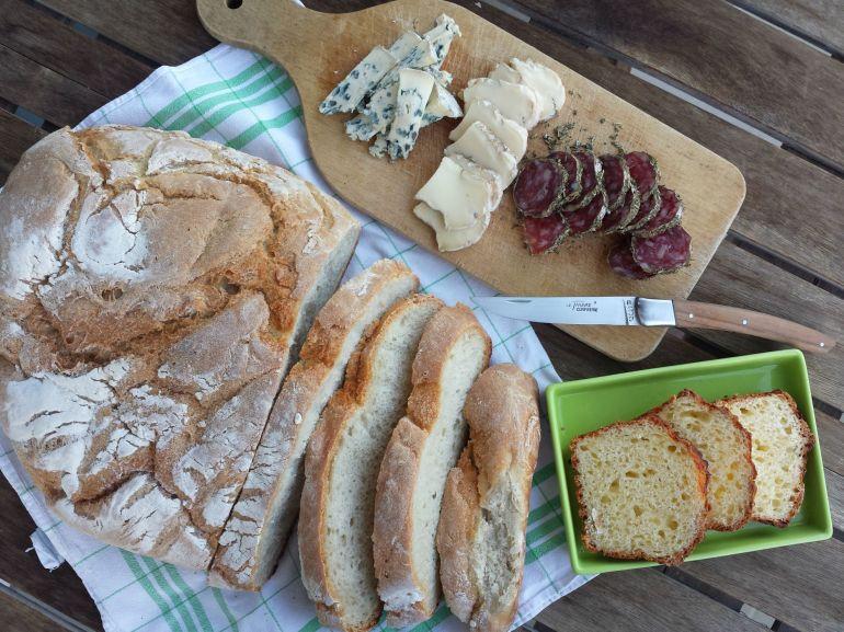J'ai eu la chance de pouvoir récupérer un pain de rab' du pique-nique de midi... parfait pour mon repas du soir à base de saucisson aux herbes (vestige de ma virée au Mont-Dore en juillet), saint-nectaire et fourme d'Ambert. Brioche de tome en dessert évidemment...