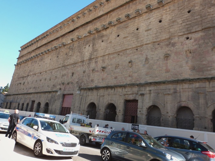 Des bouchons, des bâtiments temporaires (entrée des artistes), et la police au milieu...